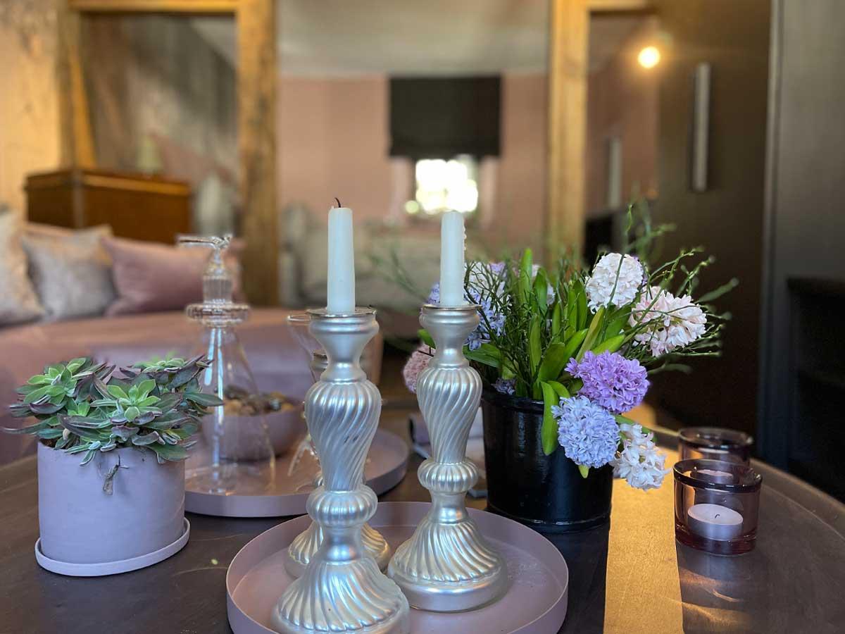 Bed and Breakfast Löffelmühle an der Elz: Flora - Tisch